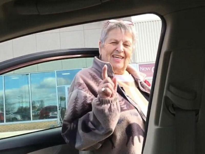 Mãe entra no carro errado e o filho não consegue parar de rir