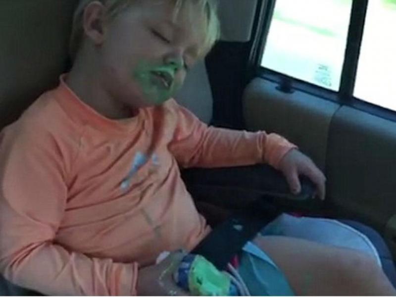 Menino tenta comer gelado enquanto dorme