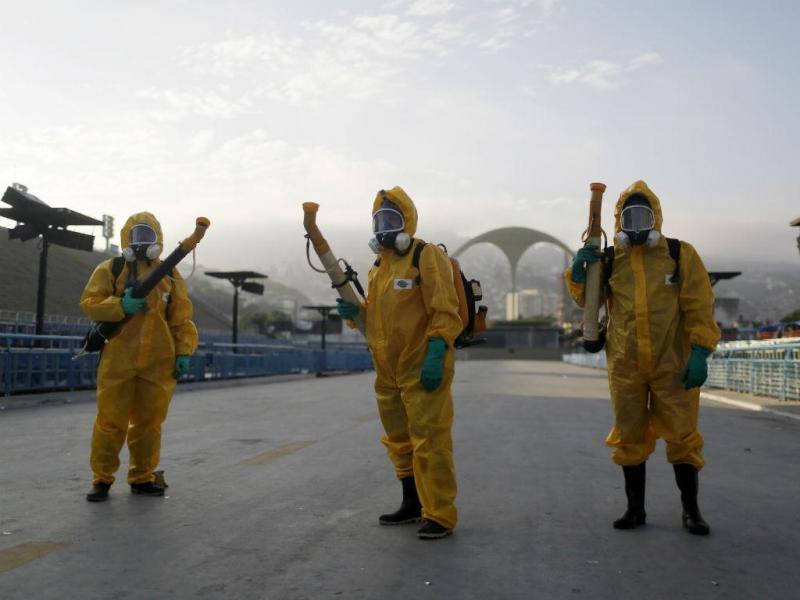Agentes sanitários pulverizam o sambódromo do Rio de Janeiro. As autoridades brasileiras estão procupadas com o aumento da transmissão do vírus Zika durante o Carnaval. A presidente Dila Rousseff prometeu
