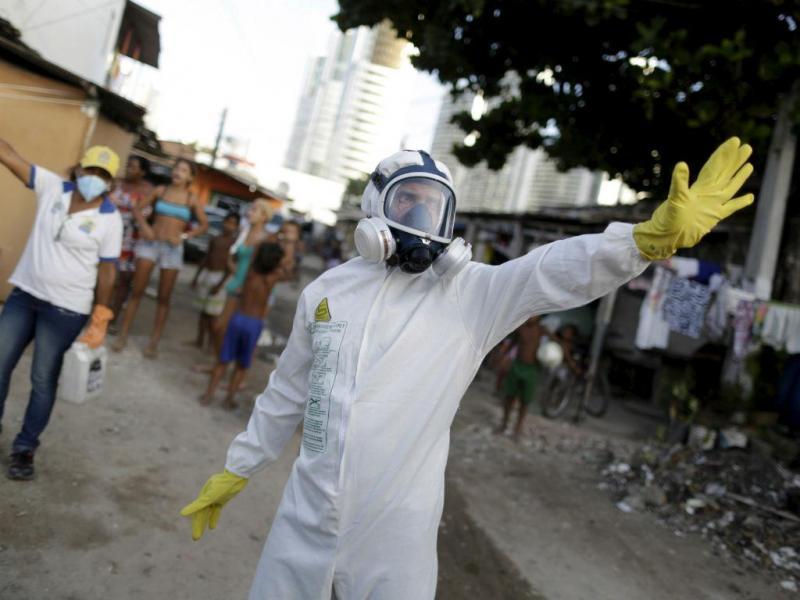 Agente sanitário durante pulverização de inseticida em recife, cidade da região nordeste do Brasil