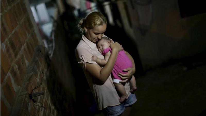 Gleyce Kelly com a filha Maria Geovana, Recife, Brasil