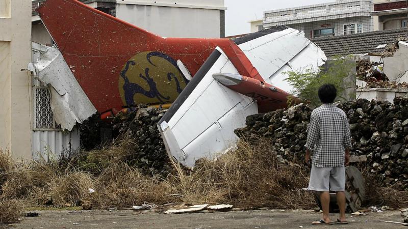 Avião despenha-se em Taiwan (Reuters/Pichi Chuang)
