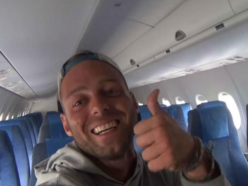 Alex Simon sozinho dentro de avião da Philippines Airlines
