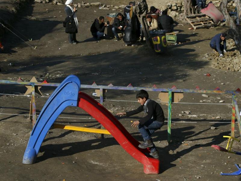 Parque infantil num campo de refugiados grego