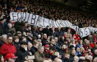 Adeptos do Liverpool deixam o estádio ao minuto 77 (reuters)