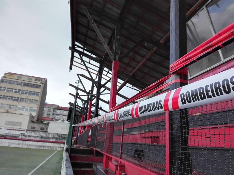 VÍDEO: mau tempo faz ruir cobertura do estádio do Vilanovense