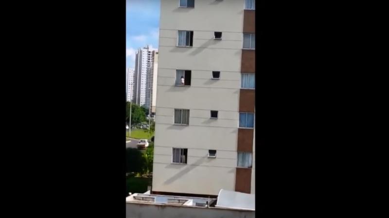 Criança filmada a andar em parapeito do 3º andar (Reprodução/Youtube)