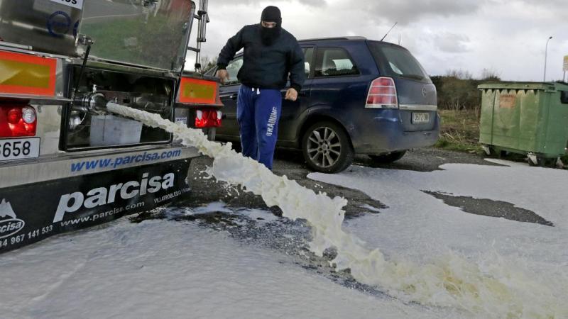 Camião com leite português barrado e despejado na Galiza