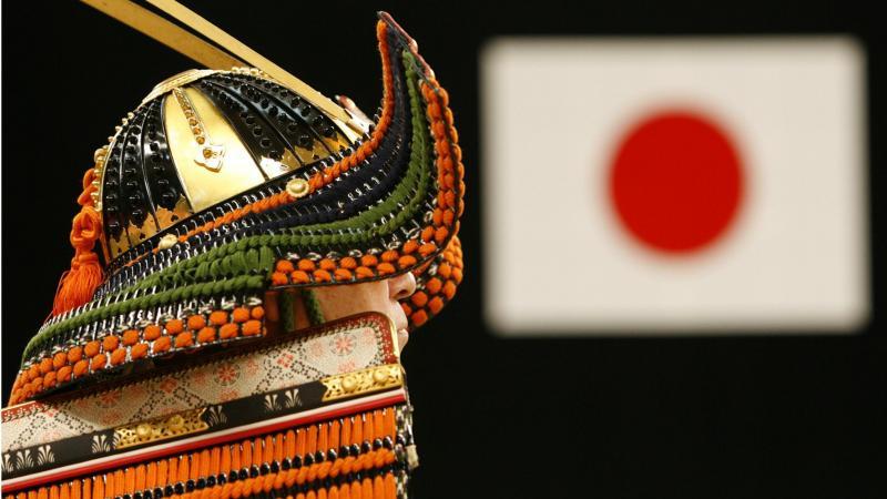 Homem vestido de samurai [Fonte: Reuters]