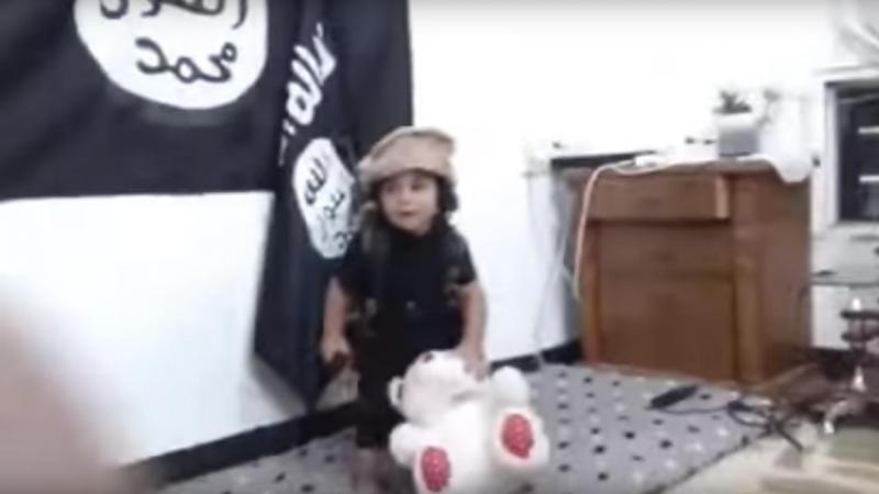 Vídeo do EI mostra criança a degolar urso de peluche (Reprodução/Youtube)