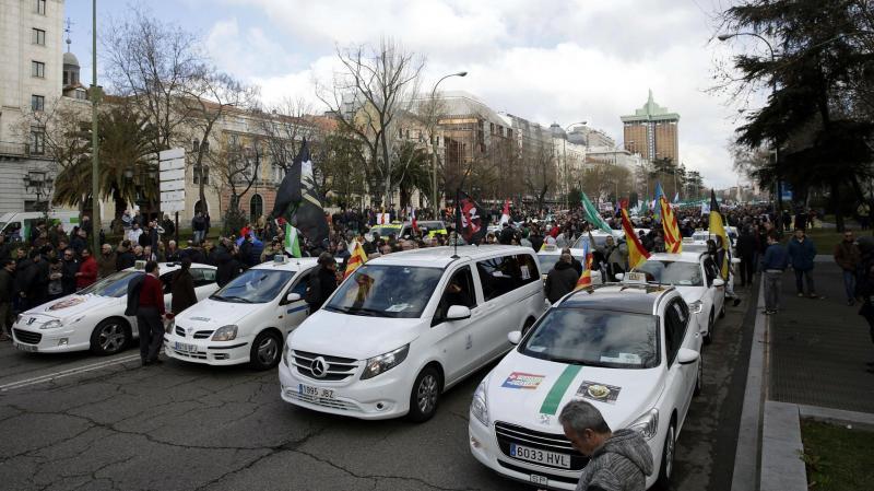 Taxistas manifestam-se em Madrid contra a reforma legal que favorece a Uber