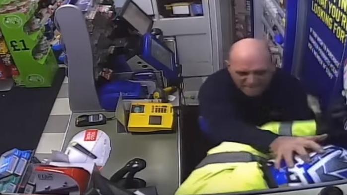 Homem lutou com o ladrão armado durante uns minutos