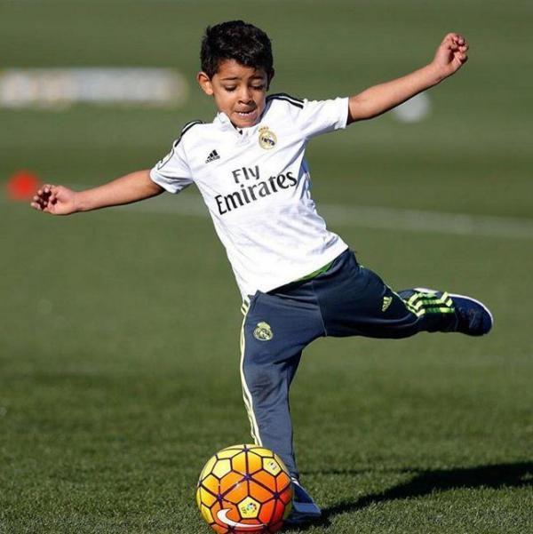 filho de cristiano ronaldo revela talento para o futebol