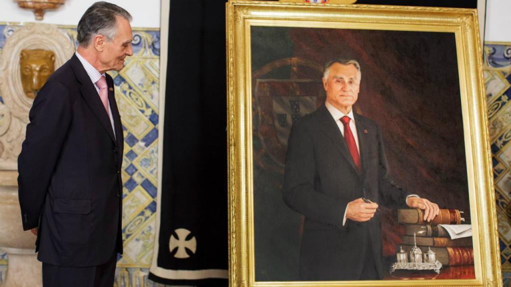 Aníbal Cavaco Silva acompanhado pelo pintor Carlos Barahona Possollo