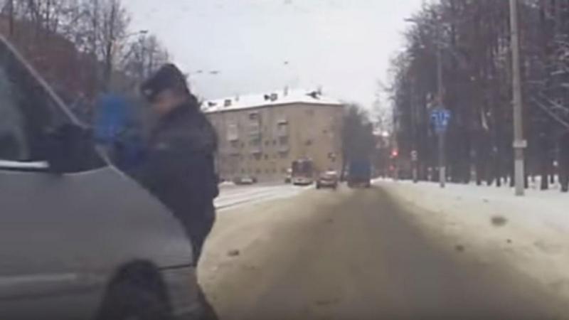Polícia salva criança e é atropelado