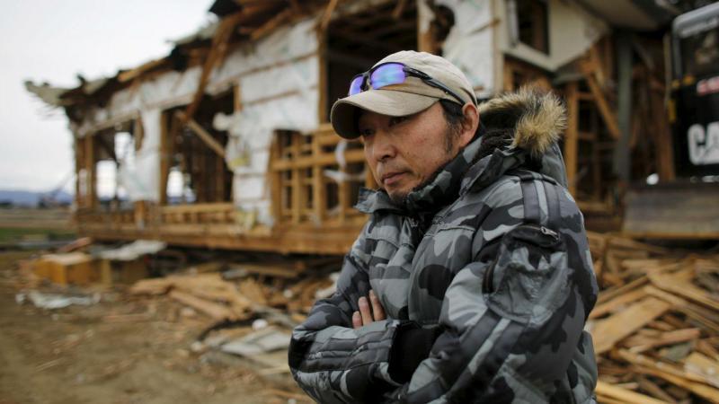 Homem junta da casa onde viveu e perdeu os filhos no tsunami de 2011