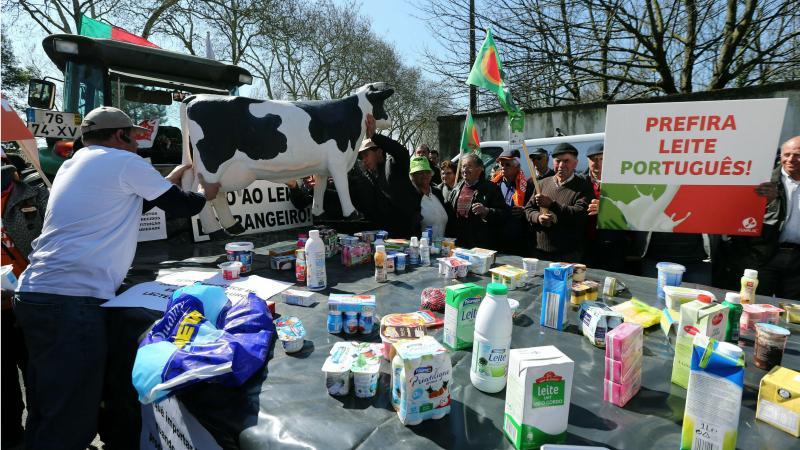 Agricultores protestam junto a um hipermercado