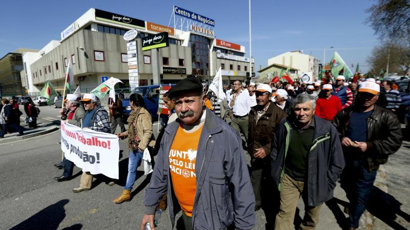 Agricultores manifestam-se frente a um hipermercado