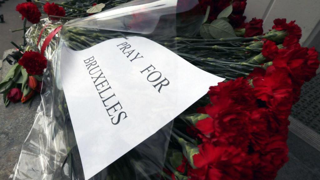 Homenagens às vítimas dos atentados em Bruxelas, aqui a partir de Moscovo (EPA)