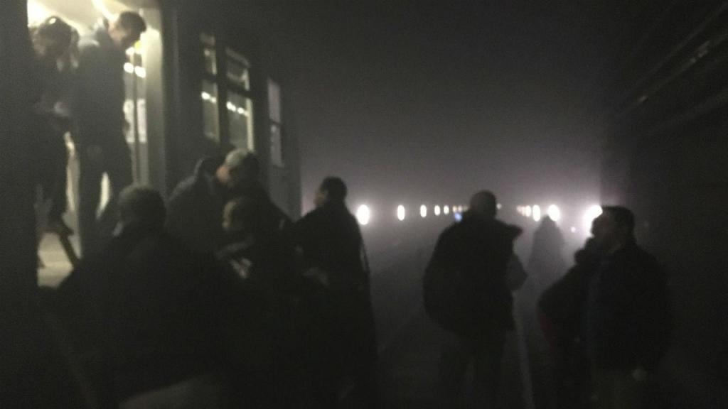 Pessoas a sair do metro em Bruxelas, depois do atentado em Malbeek (Reuters)