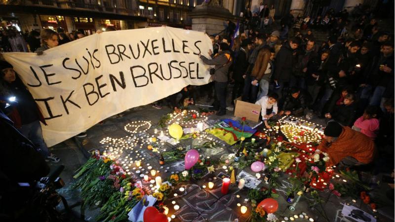 Homenagem às vítimas dos ataques em Bruxelas. Na faixa lê-se