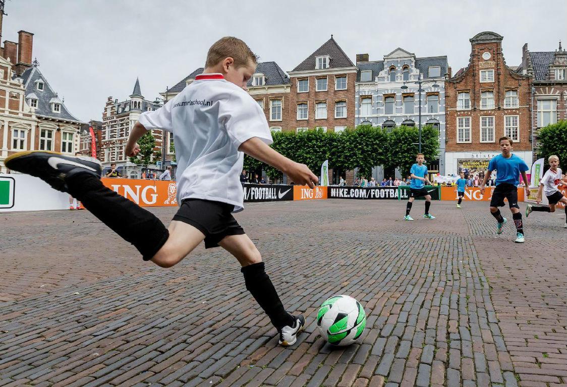 cbaa7d0dac84f O Ajax está a mandar os miúdos para a rua (literalmente)