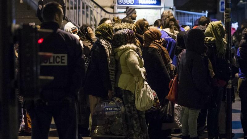 Centenas de imigrantes retirados de acampamento montado junto a uma estação de metro em Paris