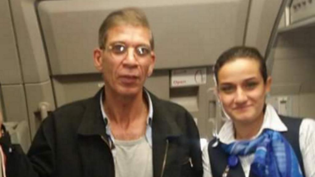 Hospedeira também tirou foto com sequestrador do avião da Egyptair