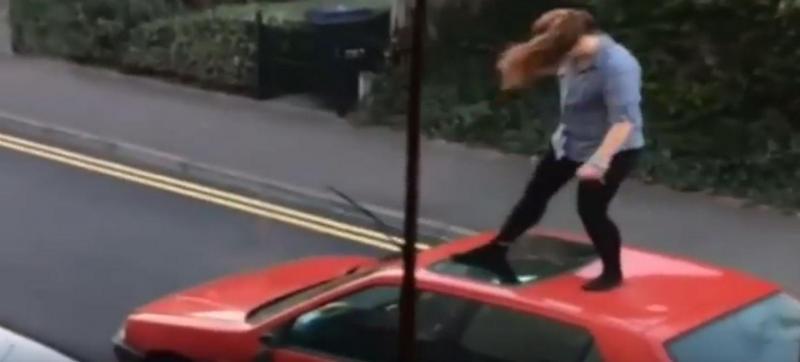 Quando uma mulher descarrega a sua revolta no carro, dá nisto