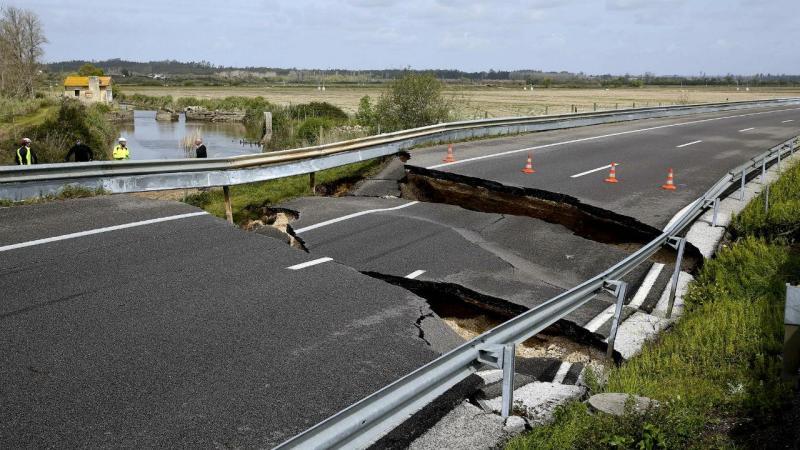 Aluimento de terra na A14 abre cratera na estrada