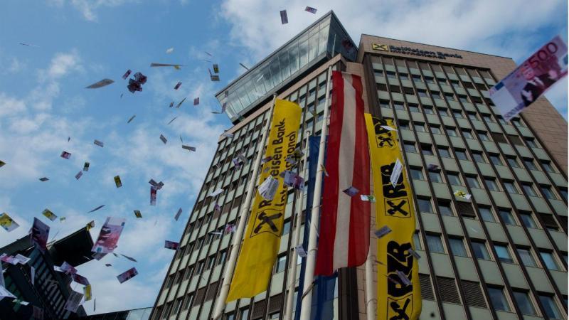 Protesto frente ao banco Raiffeisen, em Viena de Áustria. A instituição bancária é referenciada nos Papéis do Panamá