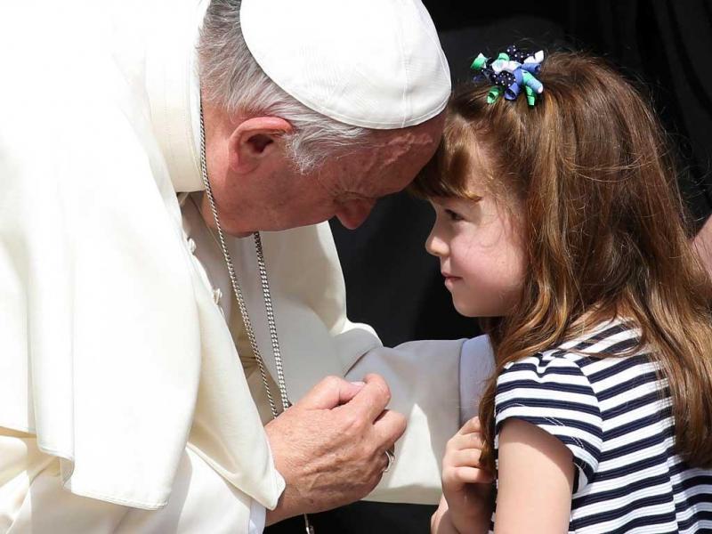 Lizzy, de 5 anos, cumpre sonho de conhecer o Papa antes de ficar cega e surda