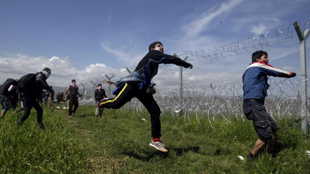 Migrantes e polícia em confronto em Idomeni