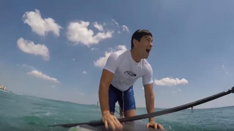 Surfista é surpreendido por tubarão na Flórida [Reprodução: Youtube]