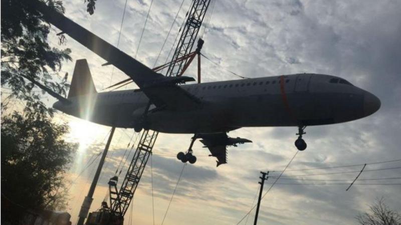 Grua cede com o peso do avião da AirIndia
