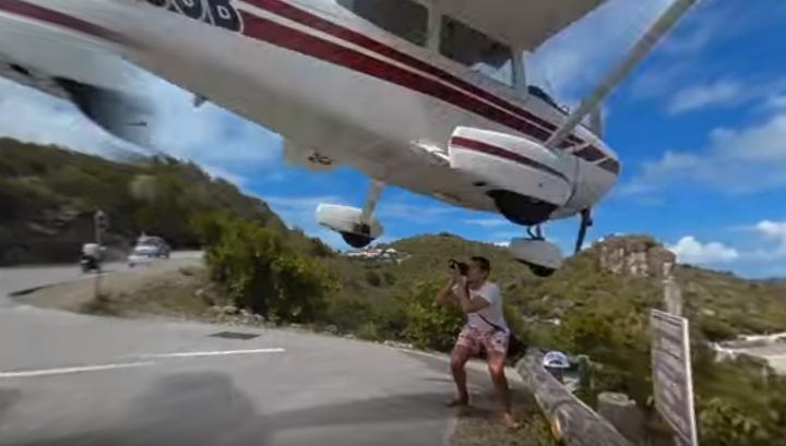 Avião quase atingiu turista [Reprodução: Youtube/ Sebastien Poltiano]