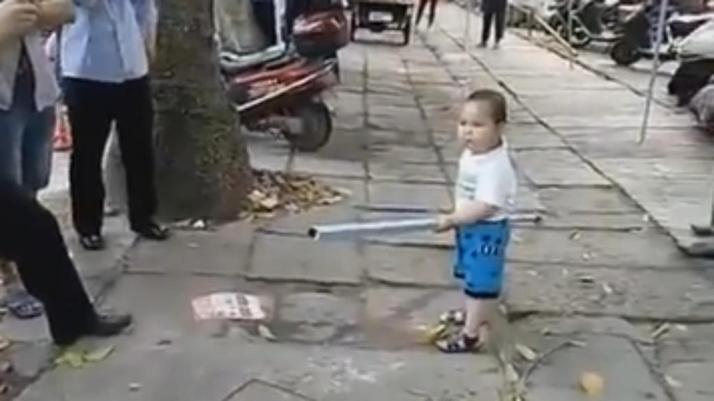 Criança chinesa defende a avó da polícia com um cano de aço