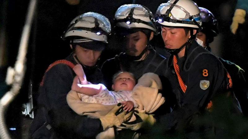 Bebé de oito meses resgatado dos escombros no Japão [Foto: Reuters]