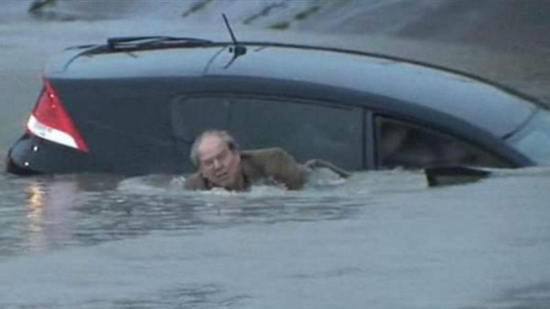 Homem sai de carro submerso em Houston