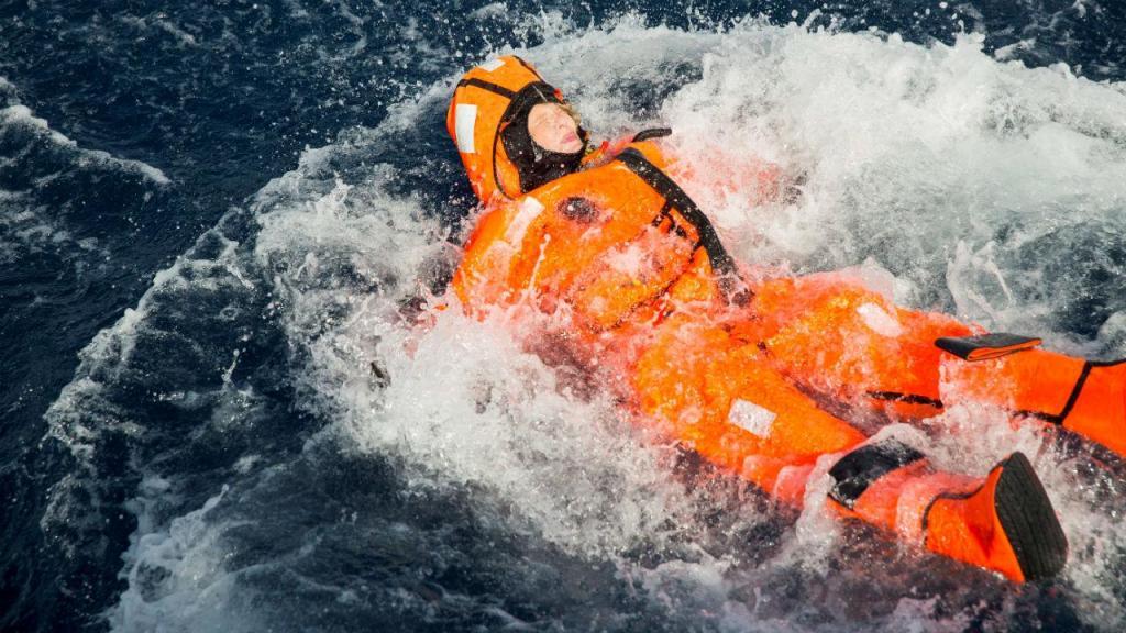 Ministra norueguesa Sylvi Listhaug nas águas ao largo de Lesbos equipada com fato de sobrevivência