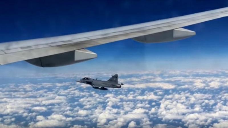 Passageira da British Airways filma caça junto à janela do avião