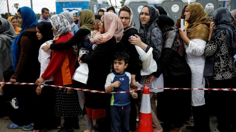 Refugiados e migrantes em aeroporto fantasma