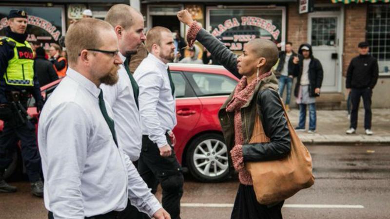 Mulher negra protesta frente a 300 neonazis