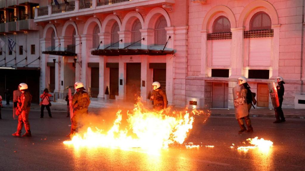 Polícia responde a manifestantes em Atenas