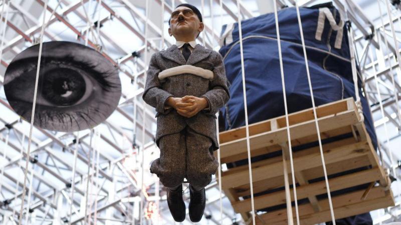 Estátua de Maurizio Cattelan em exposição no Guggenheim de Nova Iorque