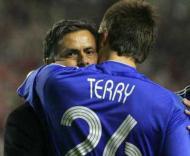 John Terry abraça Mourinho depois da derrota do Chelsea diante do Liverpool.