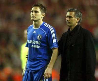 Mourinho consola Lampard depois da derrota em Anfield.