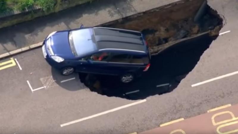 Carro cai em buraco após aluimento da estrada, em Londres