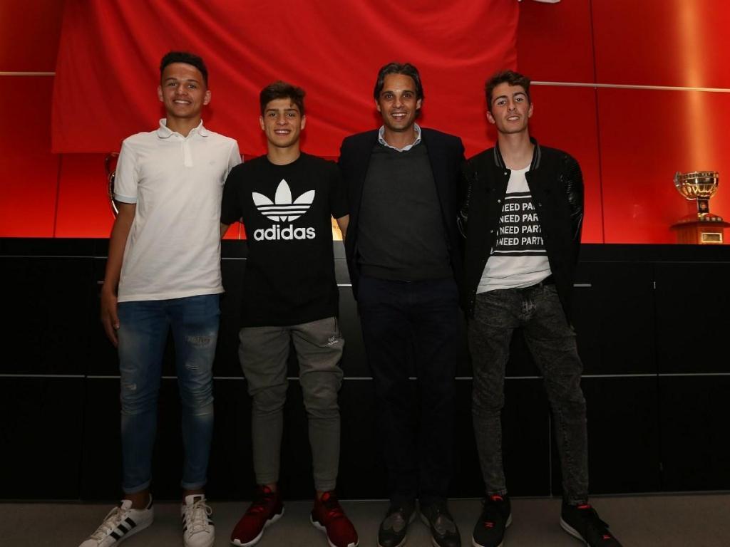 Benfica assina contrato profissional com três jovens