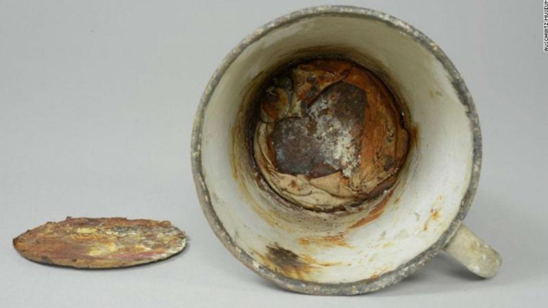 Museu de Auschwitz encontra joias ocultas em fundo falso de caneca